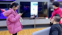 爸爸在电视上投屏 女儿打开父亲搜索记录场面瞬间尴尬