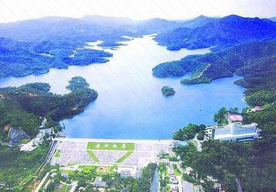 区长江水库风景区,距石岐城区9公里,沿新建的长江公园路需10分钟车程.