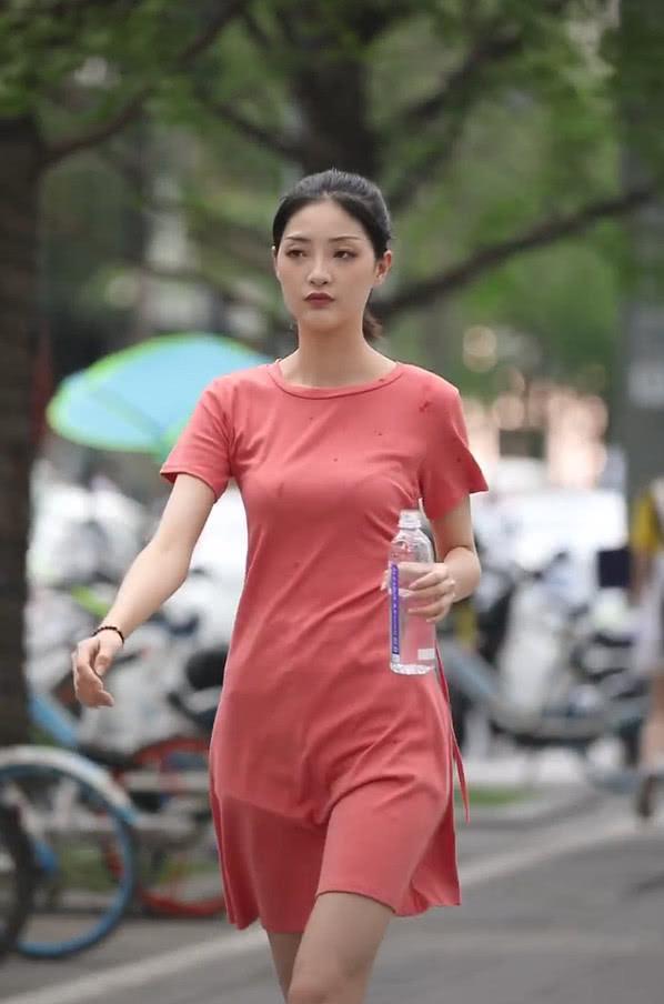 """路人街拍:街拍也是有风险的:穿""""姨妈裙""""请别玩水,泼到自己就不好看了!"""