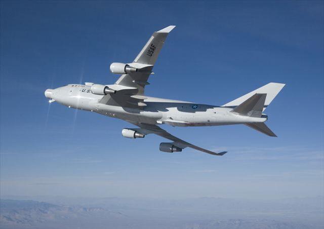 飞机的机头转塔中,跟踪照射激光器对一架改装过的nc-135运输机实施