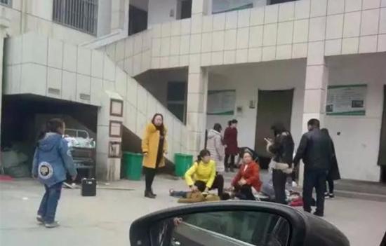 河南小学生踩踏致2死20伤!