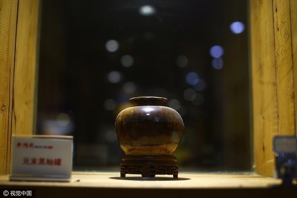 80后小伙开博物馆餐厅 60万黄金龙椅40万战车 - 周公乐 - xinhua8848 的博客