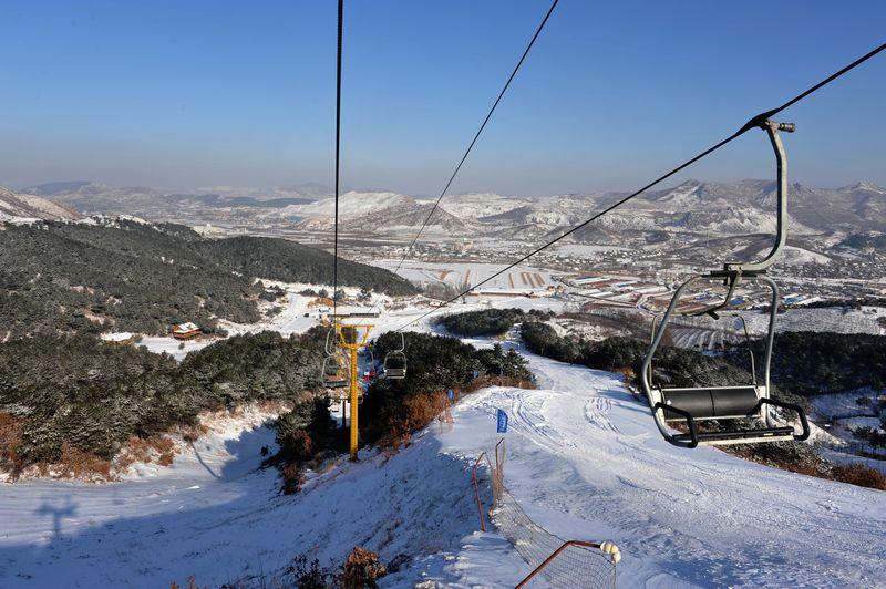 鞍山市千山风景区温泉滑雪会馆位于鞍山著名的千山温泉风景度假区
