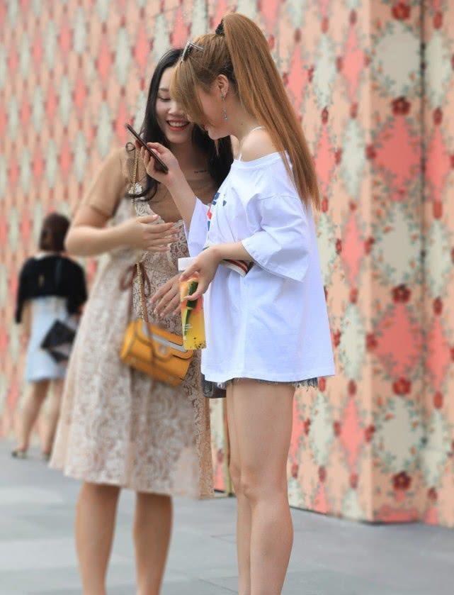 街拍:小姐姐一件白色单肩背心搭配低腰牛仔短裤,尽显时尚魅力插图(6)
