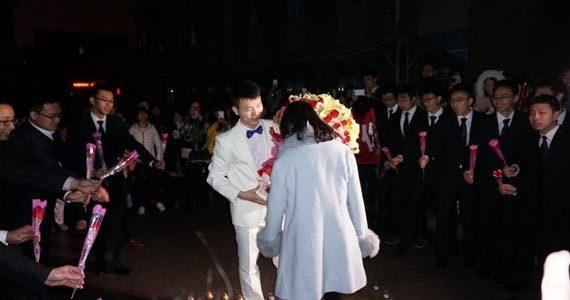 """西工大男生""""夜袭""""女生宿舍 浪漫求婚"""
