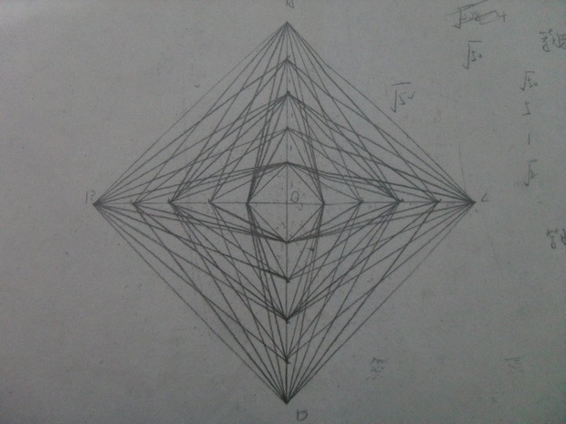 从最上面的这点开始数线条,有5个点,第一个点向左下有5条线,第二个点有3条,第三个点有5条,第四个点有3个点,第五个点有5个点这些加起来有5+3+5+3+5=21个直角三角形,左右二边合起来是21个等边锐角三角形,向右也有21个直角三角形,这样仅上半部分就有63个三角形,这图有上、下、左、右四个部分,也就是63乘4=252个三角形。不知你算出来有多少个?