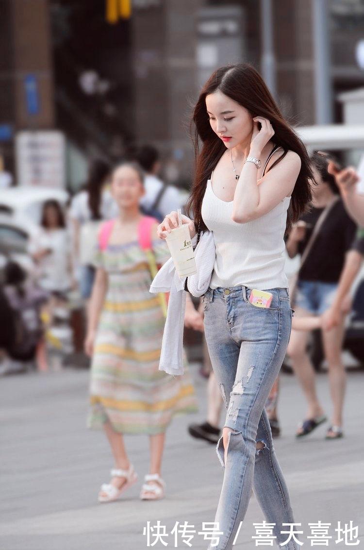街拍:简约不简单,美女真会穿,秀出的大长腿真不是开玩笑的插图(2)