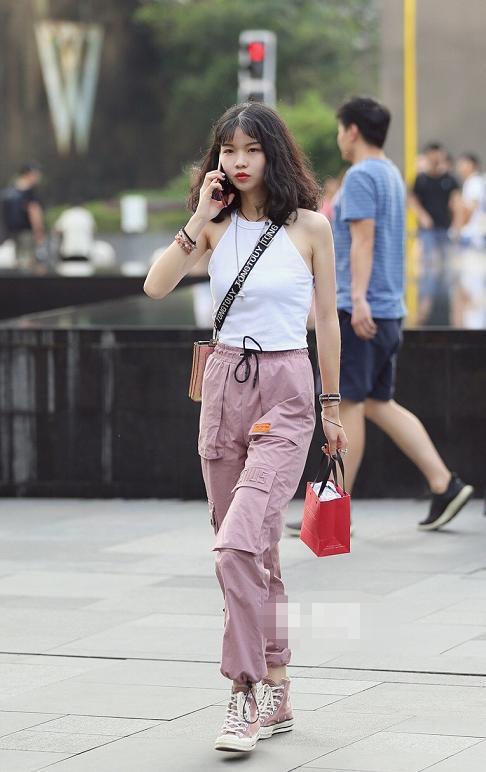 街拍:美女一身藏青色穿搭,小吊带配阔腿裤,白皙锁骨超性感插图(3)