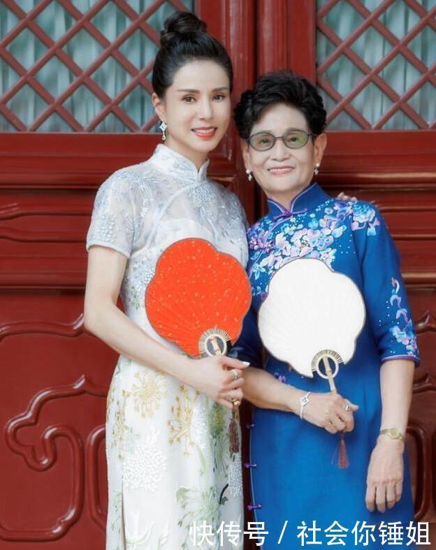 <b>李若彤和妈妈旗袍写真,白色绣花展现东方优雅,网友:这是真美女</b>