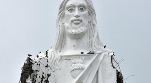 印度南部遭气旋风暴侵袭 雕塑被吹得衣衫褴褛