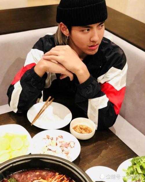 吴亦凡吃火锅被偶遇,路人的表情是亮点,网友:过于真实!