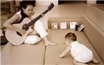 章子怡弹吉他哄女儿