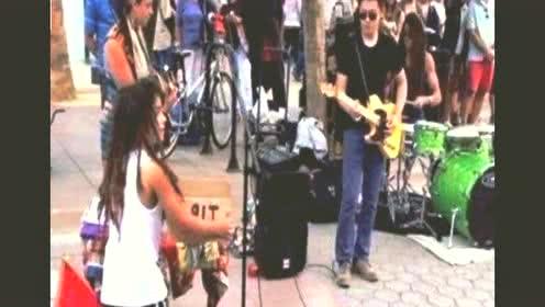 中国好声音冠军,如今却沦落至街头卖唱,如今恨透了那英