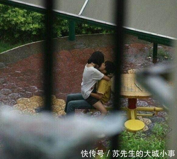 小学生雨后激吻引发众议,为何发生这一年级?现象清明节话写一小学图片