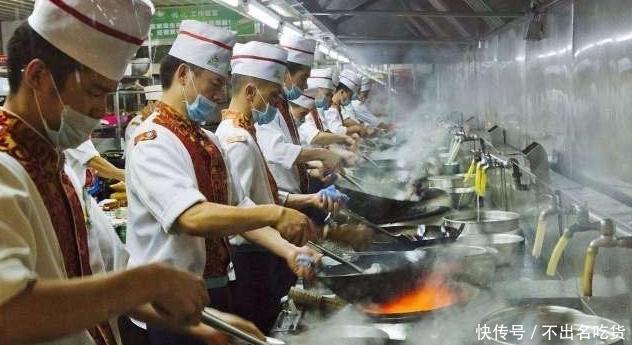 厨师炒菜时,为什么水龙头一直开着?四个原因,你们知道吗?