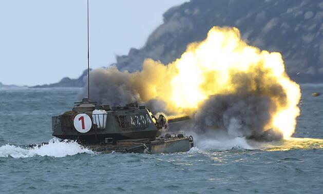 看两栖坦克在海上霸气战斗射击